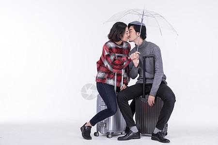 爱旅行的年轻情侣接吻图片