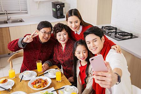 一家人新年吃团圆饭开心自拍图片
