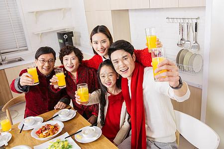 一家人新年年夜饭举杯欢庆图片