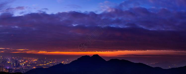 晚霞山脉城市夜景全景图片