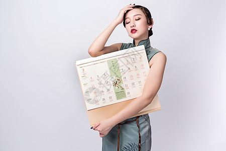 旗袍美女手持挂历图片
