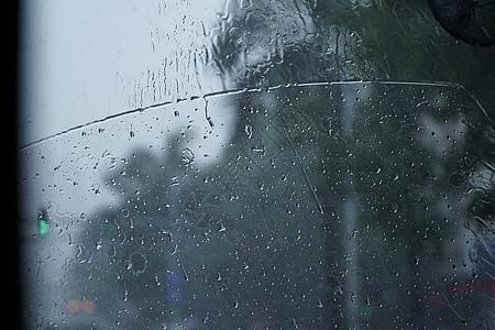 坐在公交车上看车外下雨图片