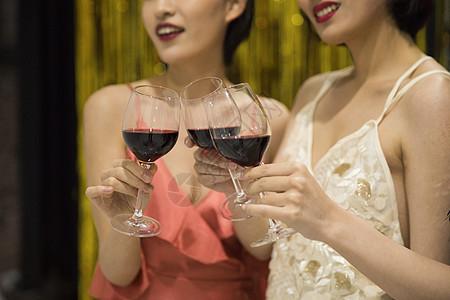 青年聚会大家在喝红酒图片