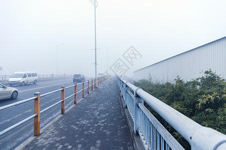 大雾天气下的桥图片
