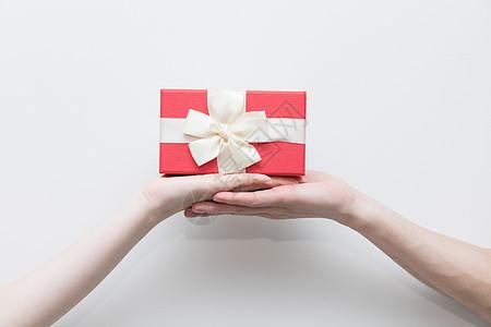 手拿礼物创意照图片