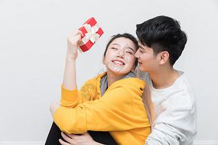 拿着礼物甜蜜幸福的情侣图片