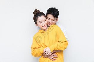 年轻情侣幸福拥抱图片