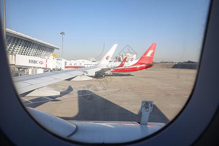 机场准备起飞的飞机图片