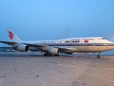 停机坪的飞机图片