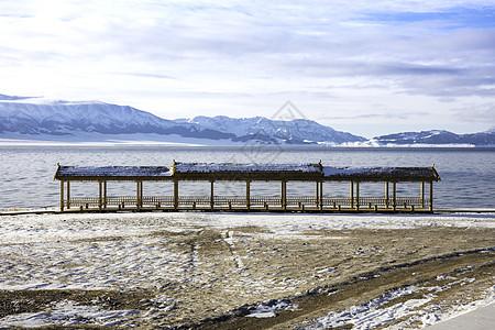 新疆赛里木湖冬季雪景风光图片