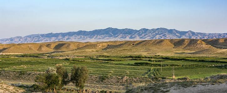 故乡的田野和远山图片