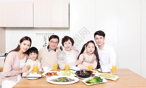 一家人餐厅吃团圆饭图片