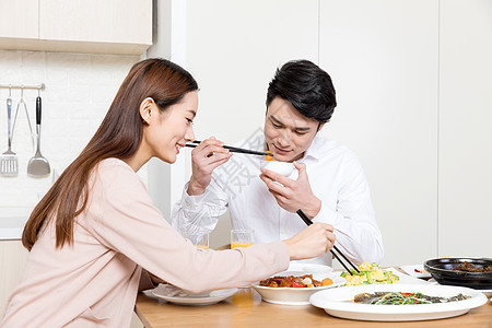 在家甜蜜吃饭地情侣图片