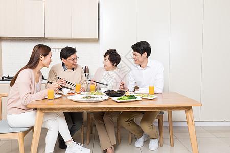 一家人一起开心吃饭图片