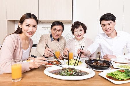 一家人团聚吃饭吃鱼特写图片