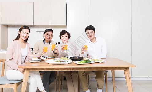 家人一起吃饭聚餐图片