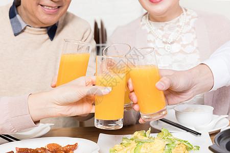 一家人吃饭碰杯特写图片