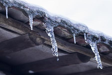 严寒下水结成了冰柱图片