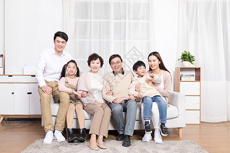 一家人幸福地坐在客厅图片