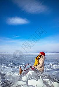 冬季美丽贝加尔湖冰上的女孩图片