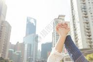 城市街头情侣高举牵手特写图片