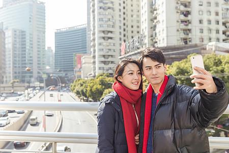 年轻情侣天桥上自拍图片