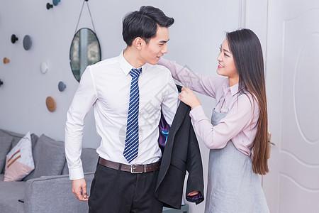 妻子给要上班的丈夫穿衣服图片