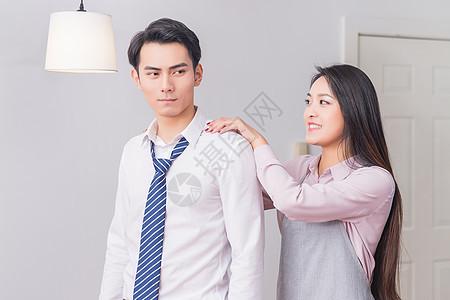 妻子给下班回来的丈夫按肩膀图片