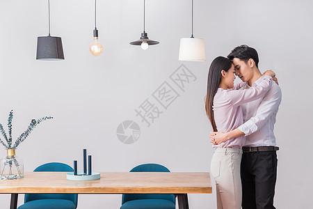 年轻夫妻依偎在一起图片