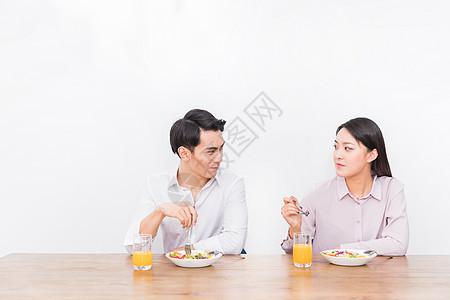 年轻夫妻吃早餐图片