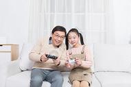 爷爷和孙女在沙发玩游戏图片