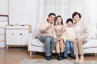 小孩子幸福地和爷爷奶奶在客厅图片