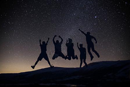 星空下跳跃的人图片