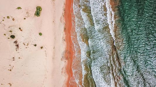 航拍海边沙滩带波纹的海浪图片