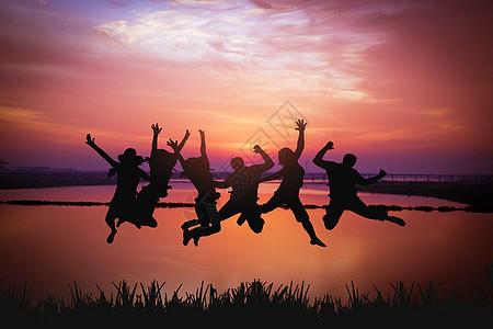 夕阳下跳跃的人图片