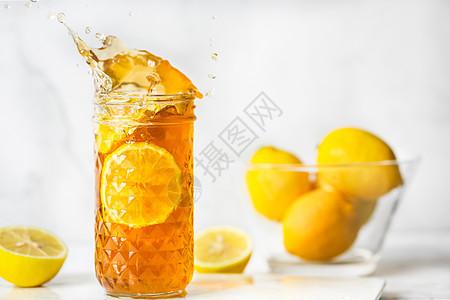 水花飞溅沁爽柠檬茶图片