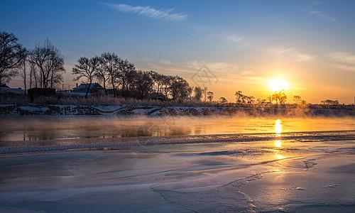 冬季结冰的河上美丽的日出图片