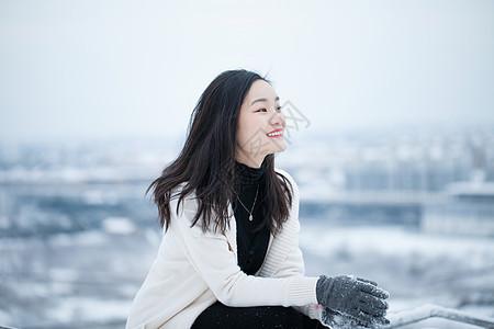 雪地里的美女写真图片