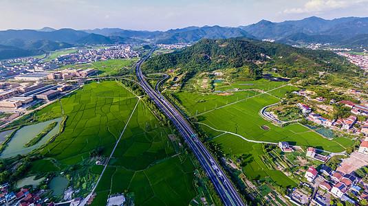 航拍乡村高速公路穿村而过图片