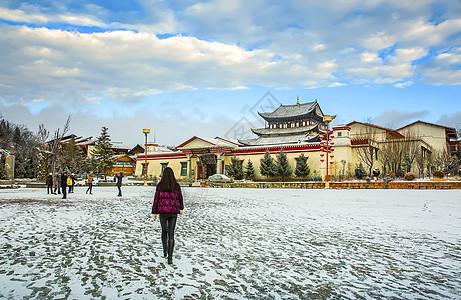 云南雪后的鸡鸣寺广场图片