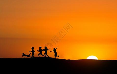 夕阳下玩耍的小孩剪影图片