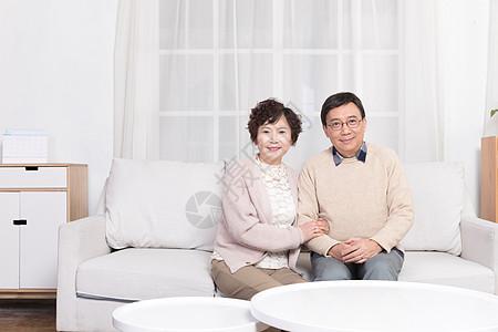 老年夫妻客厅坐着聊天图片