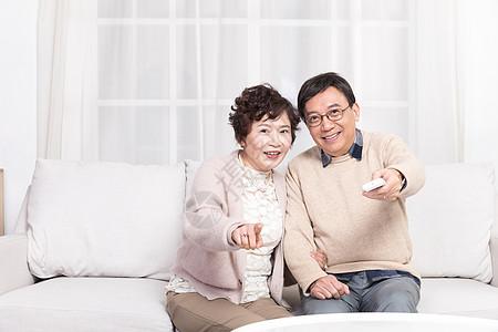 老夫妻在沙发看电视图片