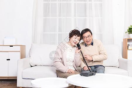 老年夫妻客厅打电话图片