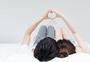 甜蜜情侣躺床上比心手势动作图片