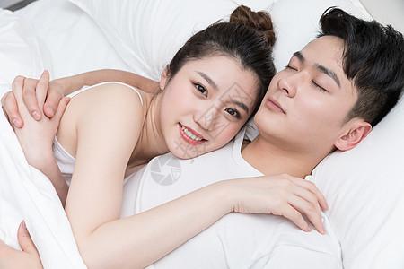 年轻情侣相拥入睡图片