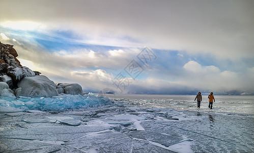 冬天在广阔的冰上行走的人图片