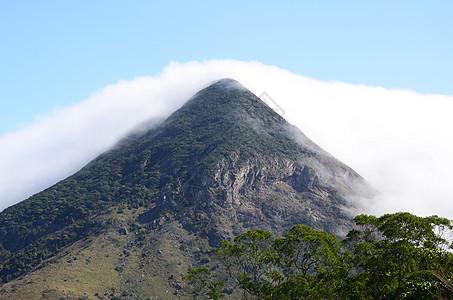 云雾缭绕的大屿山图片