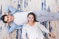 年轻情侣开心躺地毯上500817542图片