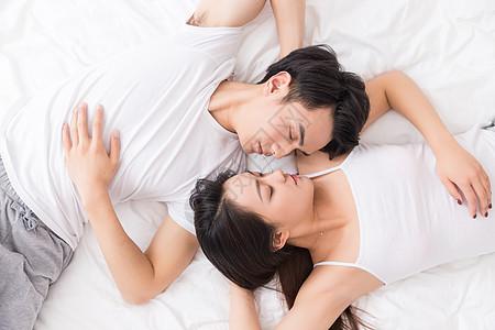 年轻情侣幸福依偎躺在一起图片